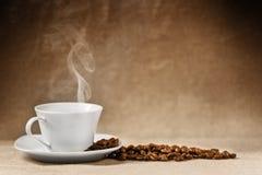 Grains de café et cuvette de café Photo libre de droits