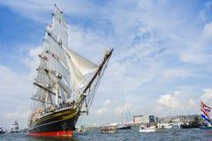Großsegler, den das Stad Amsterdam von IJmuiden nach Amsterdam segelt Lizenzfreies Stockbild