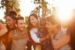 Grupo de amigos que se divierten junto al aire libre Fotografía de archivo