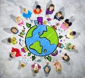 Gruppo di bambini che cercano con il simbolo del globo Immagine Stock Libera da Diritti