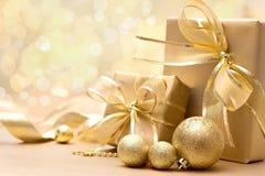 Guld- julgåvaaskar Arkivfoto