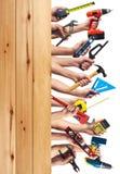 Händer med DIY-hjälpmedel. Arkivbild