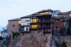 Hängende Häuser auf Felsen in der Dämmerung Cuenca Lizenzfreie Stockbilder