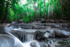 Haga sonar el paisaje con la cascada de Erawan en el bosque tropical Kanchanaburi, Tailandia Fotografía de archivo libre de regalías