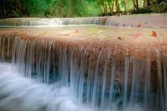 Haga sonar el paisaje con la cascada de Erawan Kanchanaburi, Tailandia Imagen de archivo