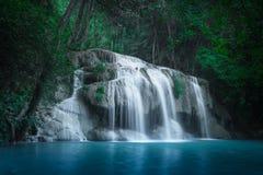 Haga sonar el paisaje con la cascada de Erawan Kanchanaburi, Tailandia Imagenes de archivo
