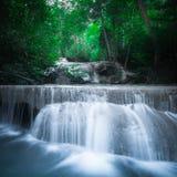 Haga sonar el paisaje con la cascada de Erawan Kanchanaburi, Tailandia Foto de archivo libre de regalías