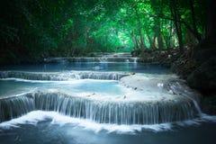 Haga sonar el paisaje con la cascada de Erawan Kanchanaburi, Tailandia Foto de archivo