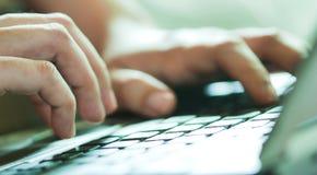 Hand auf Tastatur Stockbild