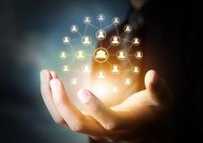 Hand die virtueel pictogram van sociaal netwerk houden Stock Fotografie