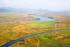 Herbstlandschaft im Tal des Flusses von einem Vogelauge Lizenzfreie Stockbilder