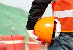 Het concept van het veiligheidswerk, de helm van de bouwvakkerholding Stock Foto
