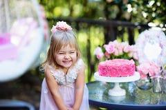 Het meisje viert Gelukkige Verjaardagspartij met roze openlucht Royalty-vrije Stock Fotografie