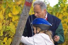 Het proeven van de druiven met grootvader Stock Fotografie
