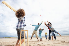 Het spelen van de familie veenmol op strand Royalty-vrije Stock Foto