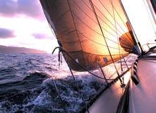 Het varen aan de zonsopgang Royalty-vrije Stock Afbeeldingen