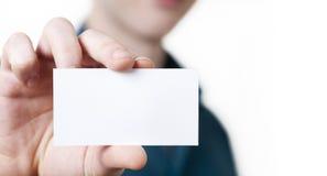 Hombre de negocios joven casual que sostiene la tarjeta de visita. Fotografía de archivo libre de regalías
