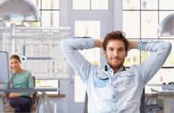 Hombre joven que toma la rotura del trabajo en la oficina de arquitecto Foto de archivo