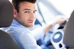 Hombre que conduce un coche Imagenes de archivo