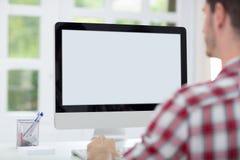 Homem na frente do ecrã de computador Foto de Stock Royalty Free