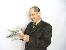 Homme regardant le papier Images stock