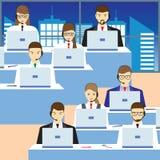 Hommes et femmes travaillant à un centre d'appels Service de support Image stock