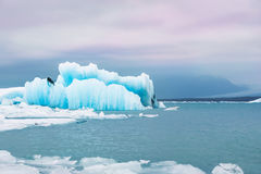 Icebergs bleus dans la lagune glaciaire de Jokulsarlon Photographie stock