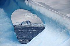 Icebergs par la glace, Antarctique Photographie stock libre de droits