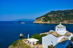 Iglesia blanca en Skopelos Imágenes de archivo libres de regalías