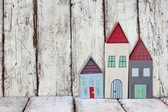 Immagine della decorazione variopinta di legno d'annata delle case sulla tavola di legno Immagini Stock Libere da Diritti