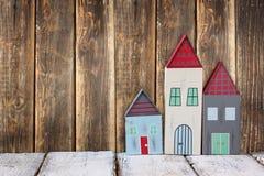 Immagine della decorazione variopinta di legno d'annata delle case sulla tavola di legno Fotografia Stock Libera da Diritti