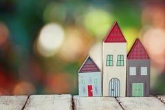 Immagine della decorazione variopinta di legno d'annata delle case sulla tavola di legno davanti a fondo blured Immagini Stock Libere da Diritti