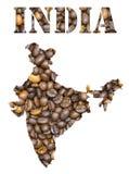 Indien-Wort und Landkarte formten mit Kaffeebohnehintergrund Stockfotos