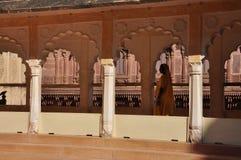 Indische Architektur, Frau im Sari Jodhpur, Rajasthan, Indien Lizenzfreie Stockfotos