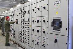 Ingenieurelektriker schaltet Schaltanlagenausrüstung Lizenzfreies Stockfoto