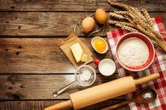 Ingrédients de recette de la pâte sur la table de cuisine en bois rurale de vintage Photos stock
