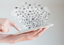 Internet do conceito das coisas (IoT) com as mãos que guardam a tabuleta Fotografia de Stock
