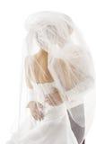 Jeunes mariés Covered Veil, épousant des couples embrassant, arrière arrière Image libre de droits