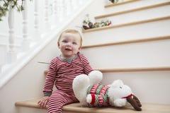 Jong Meisje op Treden in Pyjama's bij Kerstmis Stock Afbeelding