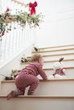Jong Meisje op Treden in Pyjama's bij Kerstmis Royalty-vrije Stock Afbeelding