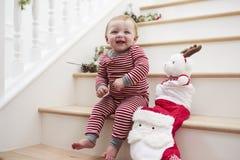 Jong Meisje op Treden in Pyjama's met Toy At Christmas Royalty-vrije Stock Afbeeldingen