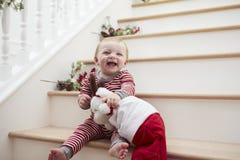 Jong Meisje op Treden in Pyjama's met Toy At Christmas Stock Foto