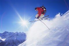 Jonge mens het skiån Royalty-vrije Stock Afbeeldingen
