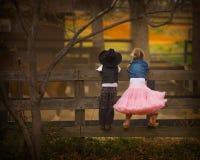 Jongen en meisje op omheining Stock Fotografie