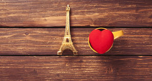 Jouet de forme de Tour Eiffel et de coeur Photo libre de droits