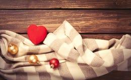 Jouet et écharpe de forme de coeur Photo stock