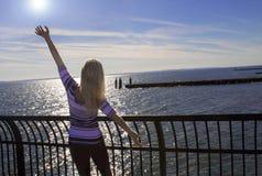 Junge Frau, die in dem Ozean sich entspannt Lizenzfreie Stockfotografie