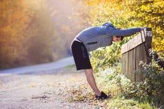 Junger Läufer auf einer Brücke Lizenzfreies Stockbild