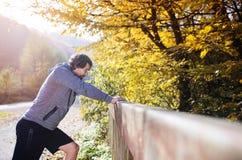 Junger Läufer auf einer Brücke Stockfotografie