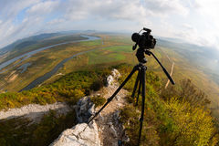 Kamera ist auf einem Stativ auf den Berg, fisheye Linse Stockbilder